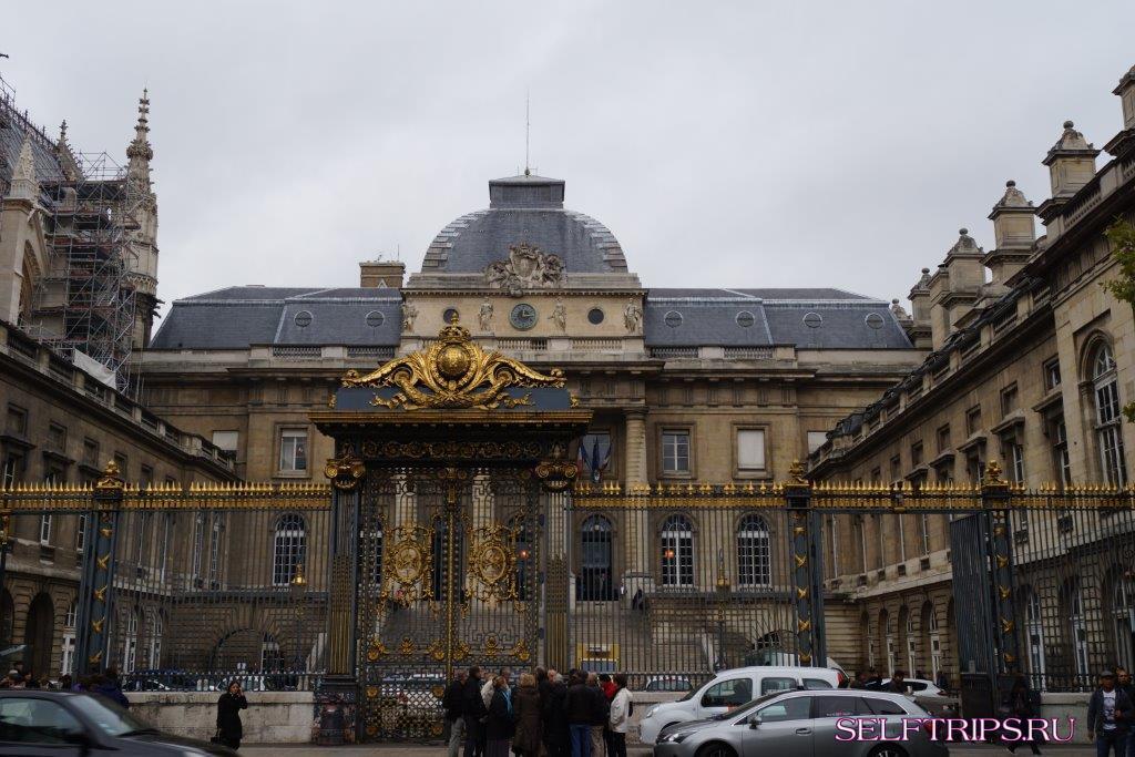 Франция, Париж, центр Жоржа Помпеду и Лувр.